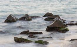 Overzees met rotsen stock afbeeldingen