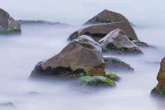 Overzees met rotsen royalty-vrije stock afbeeldingen