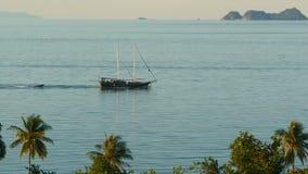 Overzees met varende boot en tropische uitheemse gewassen Van bovengenoemde mening van kalme blauwe oceaan met houten schip die d stock video