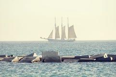 Overzees met zeilschip Royalty-vrije Stock Foto's