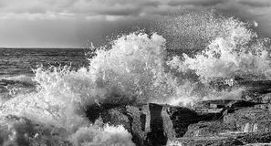 Overzees Narrab Cliff Wave Spray BW stock fotografie