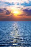 Overzees, oceaan bij kleurrijke zonsondergang Stock Afbeeldingen