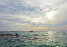 Overzees oceaanlandschap - watergolven, zon, wolkenhemel Royalty-vrije Stock Foto