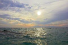 Overzees oceaanlandschap - watergolven, zon, wolkenhemel Stock Afbeeldingen