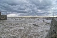 Overzees Onweer op de kust stock foto's