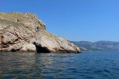Overzees, rotsen en strand royalty-vrije stock afbeeldingen