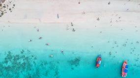 Overzees Satellietbeeld en hoogste mening, verbazende aardachtergrond De kleur van het water en prachtig helder Azuurblauw strand stock foto's