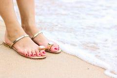 Overzees schuim, golven en naakte voeten op een zandstrand De vakantie, ontspant royalty-vrije stock fotografie