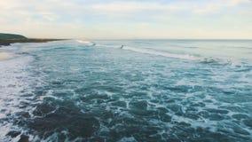 Overzees schuim Het overzees voor een sterk onweer stock footage