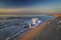 Overzees schuim op de kust, kleurrijke zonsopgang op het overzees Stock Foto