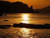 overzees, silhouet van bergen stock foto's