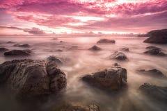 Overzees steen en strand in schemering Royalty-vrije Stock Foto's