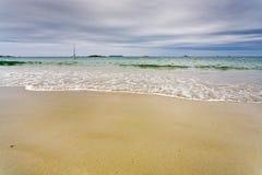Overzees strand in bewolkte dag in perros-Guirec, Brittan Stock Fotografie