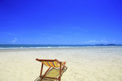 Overzees strand en blauwe hemel Royalty-vrije Stock Fotografie
