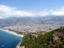 Overzees, strand en de stad van Alanya Stock Afbeelding