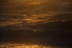 Overzees strand en zachte golf van overzees De avondachtergrond van de zomer royalty-vrije stock afbeeldingen