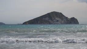 Overzees, strand, golven en eiland stock videobeelden