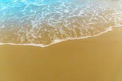 Overzees strand met golven en zand Royalty-vrije Stock Afbeelding