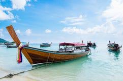 Overzees strand met kust van het de bootanker van de groeps de lange staart Royalty-vrije Stock Afbeelding