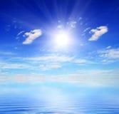 Overzees-stuk op een mooie hemel als achtergrond Stock Afbeelding