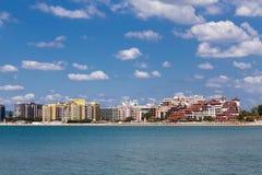 Overzees toevlucht Zonnig strand, Bulgarije Stock Fotografie