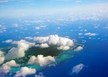 Overzees tropisch landschap in een zonnige dag. Eilanden in de oceaan. Royalty-vrije Stock Afbeelding
