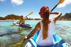 Overzees van de Kayakingsreis tropisch strand Royalty-vrije Stock Foto