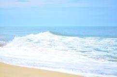 Overzees van de strandgolf Brandingsblauw Stock Afbeeldingen