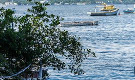 Overzees van de de Vissers het Zonnige dag van boten vissersboten en berg Blauwe overzeese Overzees en bomen Stock Afbeelding