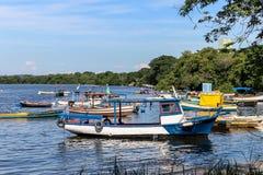 Overzees van de de Vissers het Zonnige dag van boten vissersboten en berg Blauwe overzeese Overzees en bomen Royalty-vrije Stock Foto