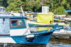 Overzees van de de Vissers het Zonnige dag van boten vissersboten en berg Blauwe overzeese Overzees en bomen Stock Foto