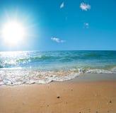 Overzees van de zomer landschap met de zonnehemel stock afbeeldingen