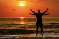 Overzees van de zonsopgangzonsondergang Mensensilhouet het Vliegen Royalty-vrije Stock Foto's