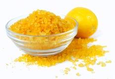 Overzees van het bad zout met citroen Stock Foto's