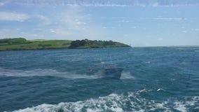 Overzees van het boot oceaanwater hemelblauw stock video