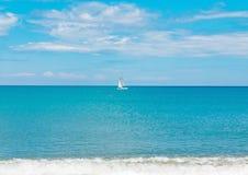Overzees van het zeilbootjacht varend oceaanwater op de horizon, de zomersport Royalty-vrije Stock Afbeelding