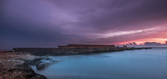 Overzees van het zonsonderganglandschap Onderbrekingswater Royalty-vrije Stock Foto's