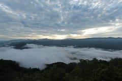 Overzees van mist in de ochtendtijd Stock Afbeelding