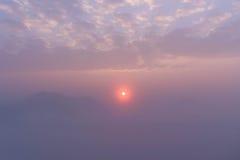 Overzees van mist Een overzees die van mist Valle delle Messi, Brixia provincie, het gebied van Lombardije, Italië behandelt stock foto