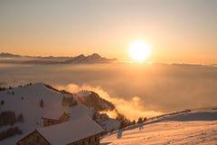 Overzees van mist Een overzees die van mist Valle delle Messi, Brixia provincie, het gebied van Lombardije, Italië behandelt Royalty-vrije Stock Afbeelding