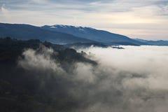 Overzees van mist Een overzees die van mist Valle delle Messi, Brixia provincie, het gebied van Lombardije, Italië behandelt Stock Afbeeldingen