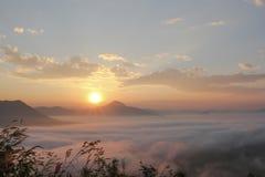 Overzees van mist en zonsondergang op berg Stock Foto