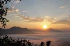 Overzees van mist en zonsondergang op berg Stock Afbeelding