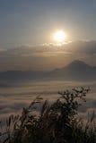 Overzees van mist en zonsondergang op berg Royalty-vrije Stock Afbeeldingen