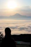 Overzees van mist en zonsondergang op berg Royalty-vrije Stock Foto's