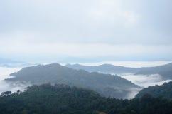 Overzees van mist op de berg De achtergrond van het onduidelijke beeld Stock Fotografie