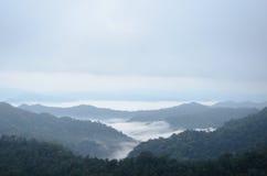 Overzees van mist op de berg De achtergrond van het onduidelijke beeld Stock Foto's