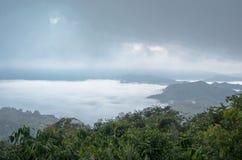 Overzees van mist op de berg De achtergrond van het onduidelijke beeld Stock Afbeelding