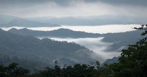 Overzees van mist op de berg De achtergrond van het onduidelijke beeld Stock Afbeeldingen