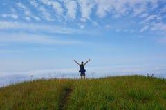 Overzees van wolken in het nationale park van Lagodekhi met een jonge mens op een wandelingssleep die tot Zwart Rotsmeer leiden,  stock foto